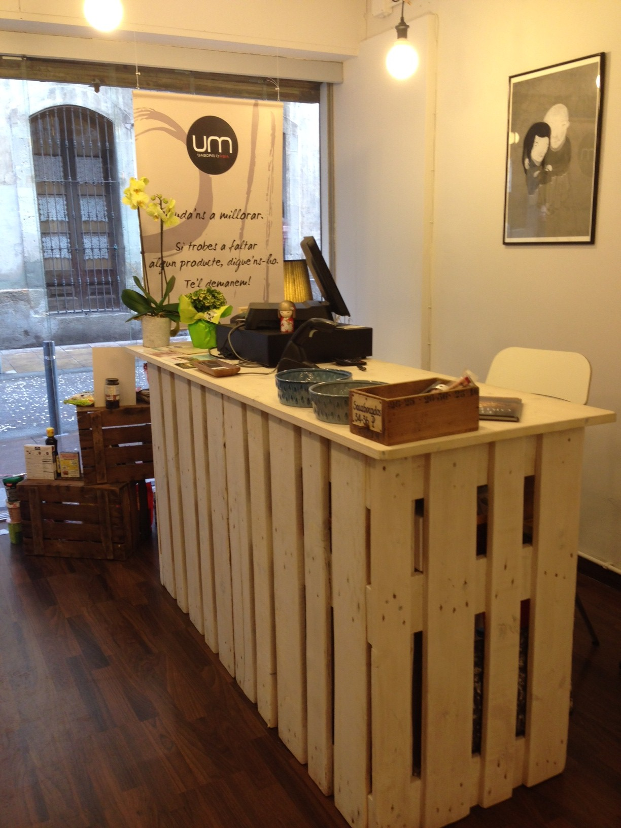 Mostrador tienda construido con palets ixbit for Bar de madera de pino